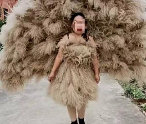 一位大姐用芦花制作成天然孔雀服真好看!
